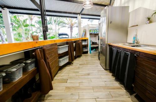 Bar, cuisine, réfrigérateur et couverts