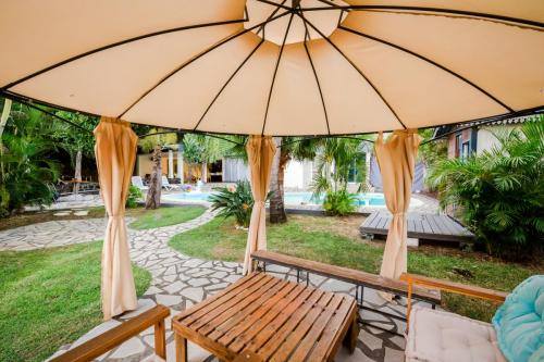 Salon de jardin sous tonnelle